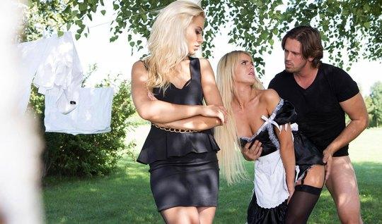 Молодая хозяйка-блондинка мутит групповуху с прислугой
