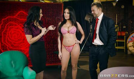 Телеведущий занимается сексом с двумя темноволосыми красавицами