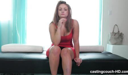 Смуглый агент дерет большим членом пухлую подругу в красном платье