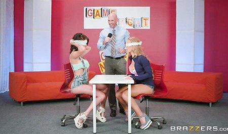 Пара девчонок сосет член и трахается в групповухе на эротическом ток-шоу