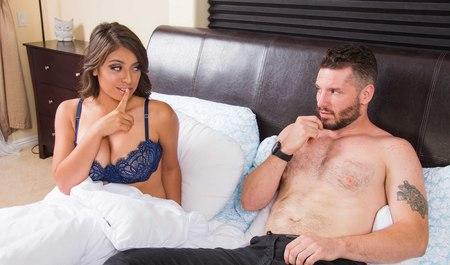 Парень пришел с работы и получил секс в лучшем виде от проснувшейся жены