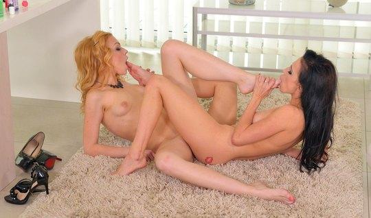 Жаркий секс двух очаровательных лесбиянок при встрече