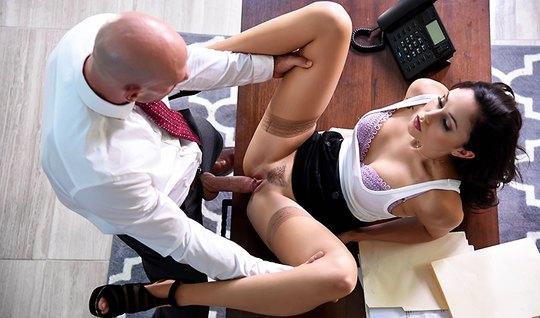 Старший менеджер дрючит красивую подчиненную на столе в офисе