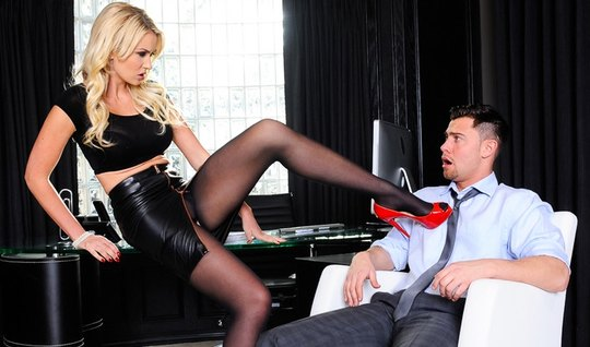 Бизнес леди раздвинула ноги сотруднику в офисе