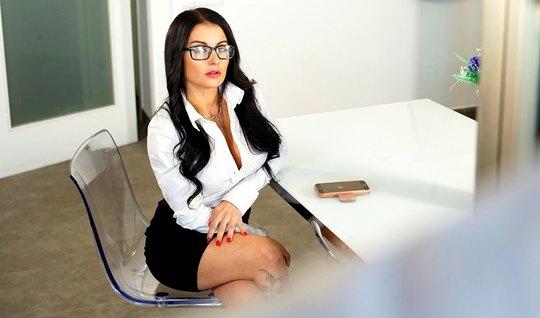 Сексуальная секретарша раздвинула ноги другу босса