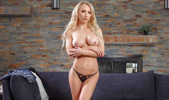 Аппетитная блондинка раздвигает ноги любовнику