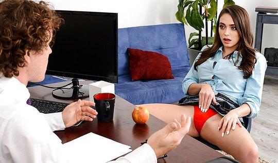 Озабоченная девушка соблазнила молодого босса в офисе