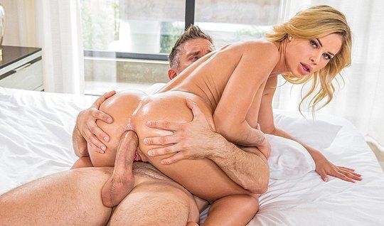 Сексуальная блондинка дала любовнику в очко