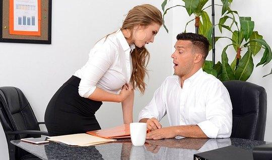 Секретарша с большими сиськами трахнулась с боссом