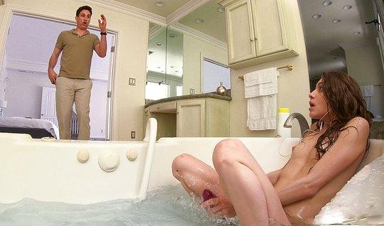 Молодая сучка раздвинула ноги сводному брату в ванной
