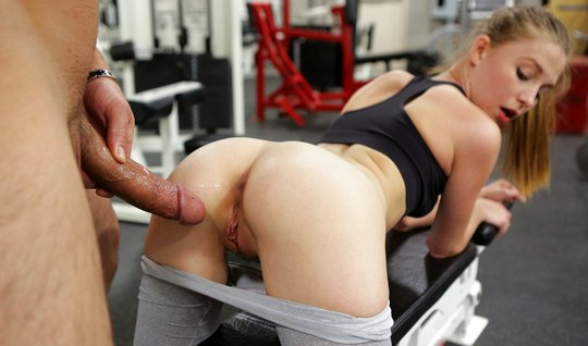 Красотка в лосинах дала мужику в пизду после тренировки