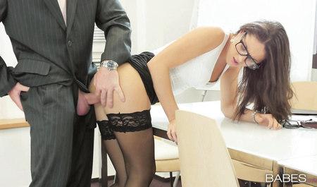 Шеф порет будущую секретаршу Carolina Abril на столе в офисе