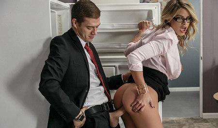 Коллега симпатичной блондинки дерет даму раком в офисе