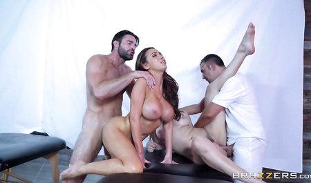 Две подружки на пару забавляются групповым сексом с двумя массажистами