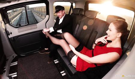 Красивая девушка жестко порется с таксистом на ура