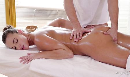 Мужичок трахается с симпатичной Амирой Адарой во время сеанса массажа