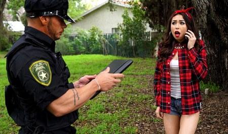 Хрупкая латинка ругается с парнем и изменяет ему с полицейским