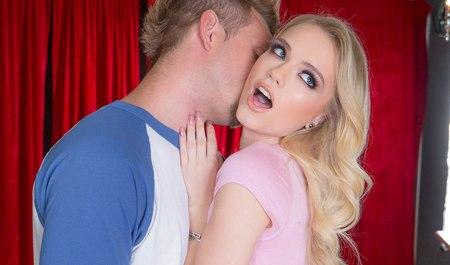 Милая блондиночка занимается сексом с другом в укромной комнате