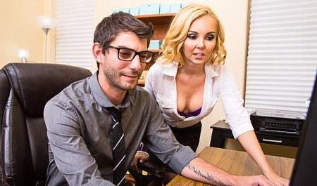 Блондинка занимается сексом с парнем в офисе