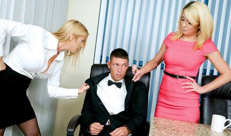 Две симпатичные блондинки устроили групповуху с парнем в офисе