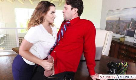 Мужик трахает симпатичную Наташу большим членом на рабочем столе