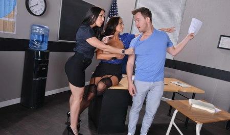 Подсмотрел за лесбиянками в офисе и получил групповой секс