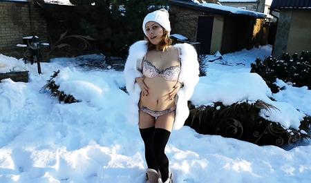 Муженек трахает горячую молодую жену за городом на снегу