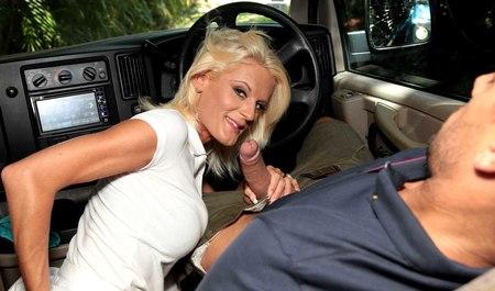 Водила занимается сексом с белокурой милфой в машине на свежем воздухе