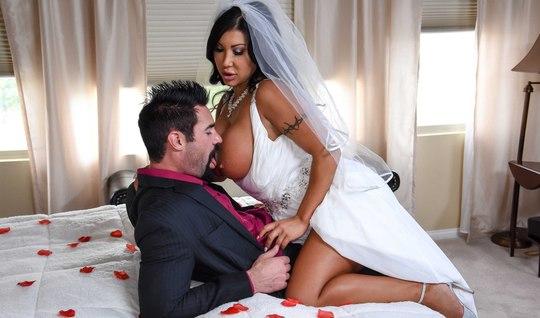 Бородатый друг трахает грудастую невесту-брюнетку перед свадьбой