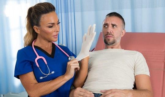 Больной мужик пришел на прием в больницу и получил минет с классным сексом