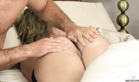 Романтичный мужчина сношает спящую Ashley Rider