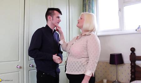 Зрелая женщина соблазняет молодого дизайнера на жесткий секс у себя дома